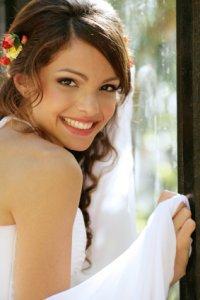 Кудрявые волосы и цветы - стильная свадебная прическа для длинных волос