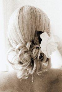 Стильная классическая свадебная укладка для длинных волос с цветами
