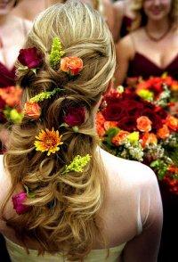 Распущенные локоны, украшенные цветами