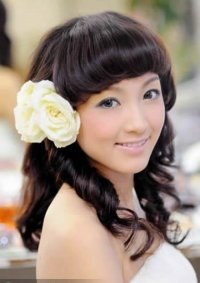 Простая свадебная прическа с цветами  для длинных волос с челкой