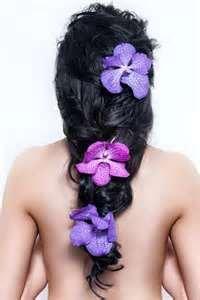 Необычная прическа для длинных волос с яркими цветами