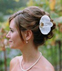 Высокая свадебная прическа с цветами
