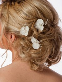 Свадебная прическа с цветами для кудрявых волос