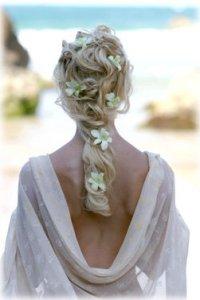 Прическа в греческом стиле с цветами для свадьбы