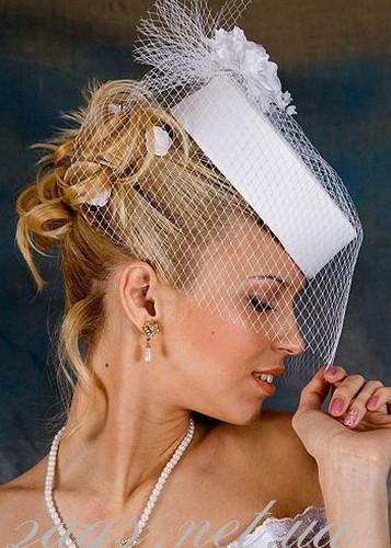Свадебная прическа со шляпкой
